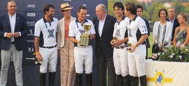 El Rey don Juan Carlos entrega a Ayala Polo Team la Copa de Oro Santa María Polo Club